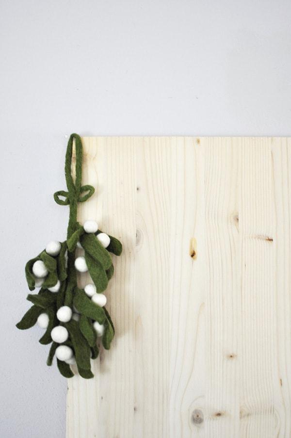 minimal-christmas-misletoe